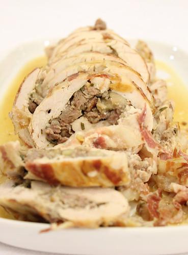 tacchino in porchetta con castagne e salsiccia
