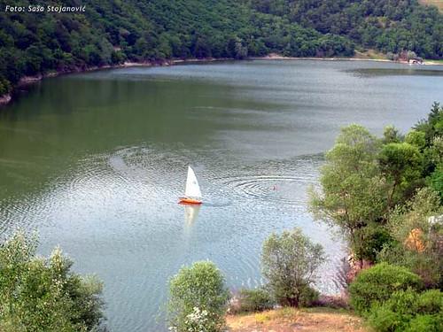 Jedrilica na jezeru