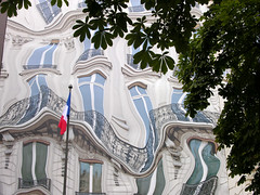 trompe-l'oeil  Paris (Palagret) Tags: paris reflection window mural surrealism fake illusion opticalillusion bleeker trompeloeil georgev 75008 fooltheeye hibbbiscus tricktheeye athem urbansurrealism surralismeurbain