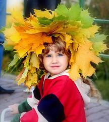 Autumn little girl (Tran_Thaohien) Tags: autumn leave leaves yellow landscape landscapes moscow scene hien thao tran thu осень vàng mùathu thaohien mùathuvàng trầnthảohiền золотойосень