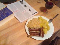 Würstchen, Sauerkraut, Kartoffeln