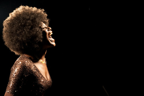 フリー写真素材, 人物, 女性, 黒人女性, 横顔, 歌う・ボーカル,