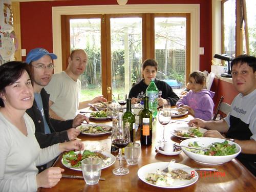 Almuerzo de domingo en casa ,con la familia de Jock y Susan y un amigo de argentina , tlomando vino Grafigna sanjuanino. Auckland, Nueva Zelanda, 2005 por ti.