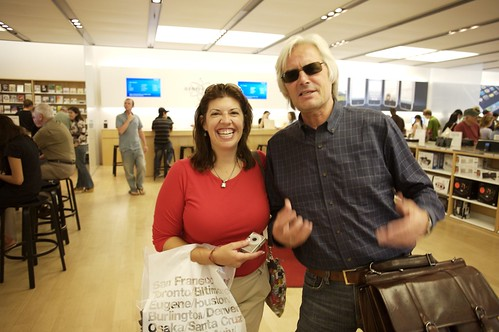 Stephanie Agresta and Hans Veldhuizen in Palo Alto Apple store