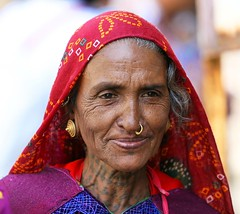 Gujarat - Inde (jmboyer) Tags: voyage travel portrait people india tourism face portraits canon photography photo eyes asia flickr faces photos expression couleurs picture tribal viajes lonely asie monde ethnic minority couleur gettyimages gujarat tourisme visage inde reportage nationalgeographic  minorities travelphotography googleimage  go indiatourism colorsofindia incredibleindia indedunord photoflickr photosflickr canonfrance earthasia photosyahoo imagesgoogle jmboyer northemindia img2639dxo photogo nationalgeographie photosgoogleearth