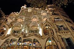 CASA BATLLÓ - BARCELONA (CATALUÑA-SPAIN) (ABUELA PINOCHO ) Tags: barcelona españa spain edificio gaudi nocturna fachada casabatllo contrapicado modernista antonigaudi arquitecto citrit excellentphotographerawards