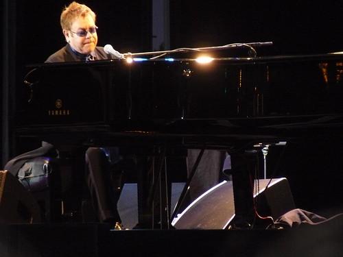 Elton John luminoso