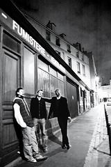3 fumistes  Montmartre (oxximoron) Tags: street friends bw paris amigos montmartre nikond70s nb contraste reservoirdogs urbanwalk tontonsflingueurs herbiehancockrockit nikonafsdx