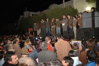 Sergio Cóser en el escenario junto a correligionarios