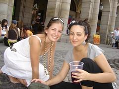 Paloma y ella en Pza Mayor (ellamiranda) Tags: madrid españa plazamayor domingo bocadillodecalamar