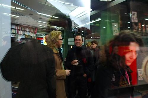 Herumstehen bei der Buchhandlung König. November 2010