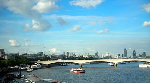 Vista de Londres desde el puente. El pepinillo a la derecha