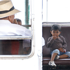 Mientras llega el chofer (Romulo fotos) Tags: bus ecuador waiting child transport elderly typical anciano esperando espera transporte comiendo battered eatin paciencia patiently nino destartalado romulomoyaperalta tipico romulomoyaperalta