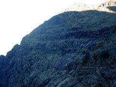 Au col 'franchissable' de l'épine rocheuse : le versant Campu Razzinu et la vire de l'Andatone (Scaffone)