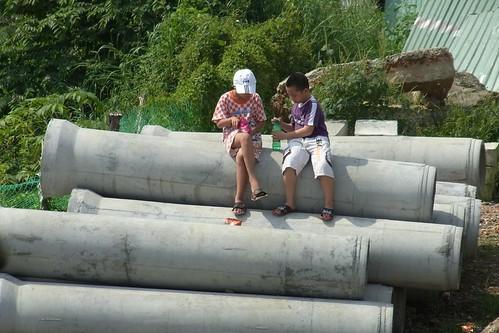 土管と子供