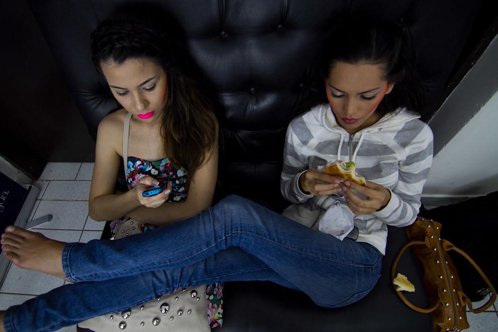 Angie Loppacher y Yanina Gonzalez esperando mientras otras compañeras son maquilladas y peinadas en el Asunción Fashion Week. (Tetsu Espósito - Asunción Paraguay)