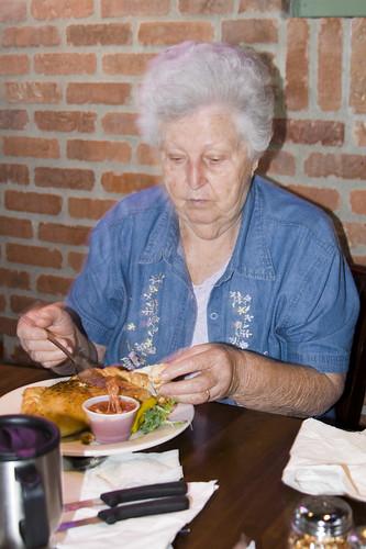 бабуся їсть