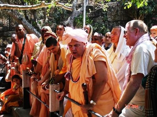 H H Jayapataka Swami in Tirupati 2006 - 0035 por ISKCON desire  tree.