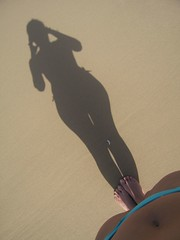 (nadiobolis) Tags: trip viaje blue ladies girls shadow portrait woman selfportrait beach me girl silhouette women nadia chica body curves yo autoretrato sombra playa m nophotoshop shape navel mujeres doriana forma cuerpo finca curvas ombligo prettyfeet nadiobolis pieshermosos