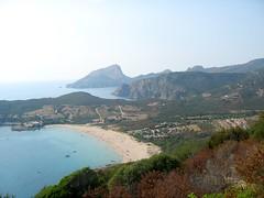 Capu Rossu et tour de Turghju avec la plage d'Arone en premier plan