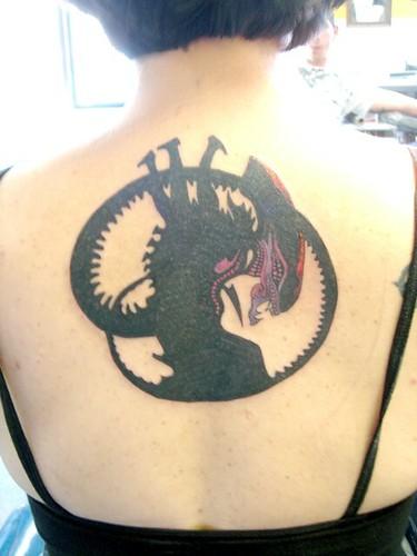 foto tatuaje pierna. Tatuaje (pierna): Optimus Prime peleando contra Megatron. Tatuaje Geek Alien