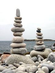 Deux pour le prix d'un (Rémi Vannier) Tags: stone pierre ile pebble balance septembre cairn 2007 batz giuscescu