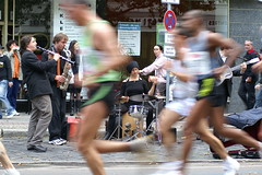 music (marber) Tags: music berlin speed germany musiker marathon band dynax7d 7d dynax strase athlete rennen laufen konicaminolta sportler berlinmarathon real34berlinmarathon
