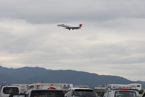 JAL's MD-81 over traffic jam