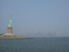 自由の女神とマンハッタン島