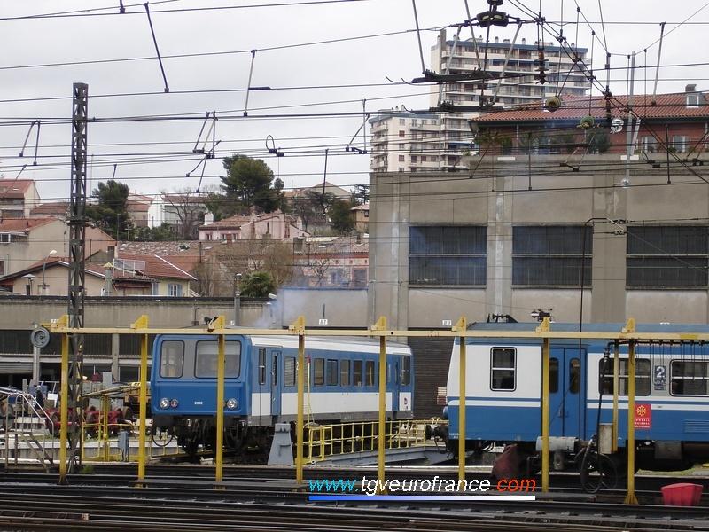 Deux autorails de la SNCF (un X 2100 de la Région Midi-Pyrénées et un X 2200) au dépôt de Toulouse