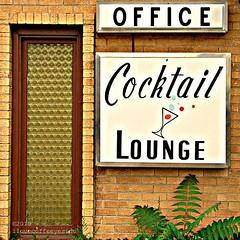 Cocktail Lounge (ilovecoffeeyesido) Tags: brick travelodge cocktaillounge plasticsign desplainesil vintageplasticsign