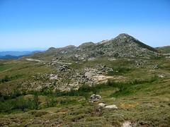 Descente de Bocca di Chiralba vers les bergeries de Chiralbella: Castellu d'Ornucciu