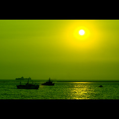 manila bay sunset (ala fotonstudio) (DocTony Photography) Tags: ocean sunset sea sun green water silhouette bay boat interestingness twilight bravo ship searchthebest ships philippines explore manila lime manilabay yello global eow magicdonkey d80 70200vr artlibre superaplus aplusphoto infinestyle doctony magictony