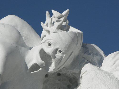 Sculpture monumentale en marbre de Carrare représentant une tête de Christ dont le visage, recouvert de bandelettes, est découpé et creux et avec un morceau de couronne d' épines – Sandrine Vallée
