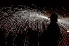 Bajo las chispas (druida601) Tags: canon contraluz laguna fuego chispas mywinners druida601