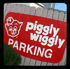 Wiggly (Friendly Joe) Tags: sign michigan nope pigglywiggly starflex ttv throughtheviewfinder thatsnotporkyinapaperhat ornuthin notporkythen