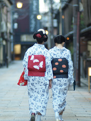 Way home (Marie Eve K.A. (away..)) Tags: summer woman japan evening kyoto bokeh walk 85mm august maiko geiko geisha memory yukata kimono gion olympuspen planar carlzeiss  eventide   mamechiho  mamesome microfourthirds olympusep2