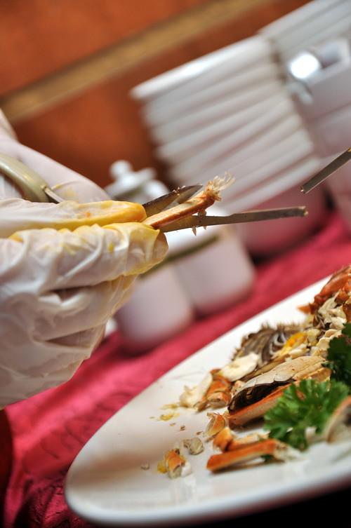 preparing Hairy Crab