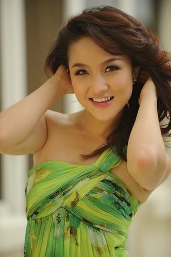 http://az24.vn/hoidap/vo-cua-ca-si-phan-dinh-tung-la-ai-d2624686.html