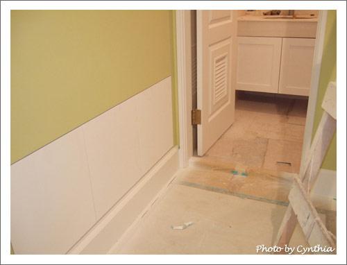 客浴洗手台下櫃與門口收納