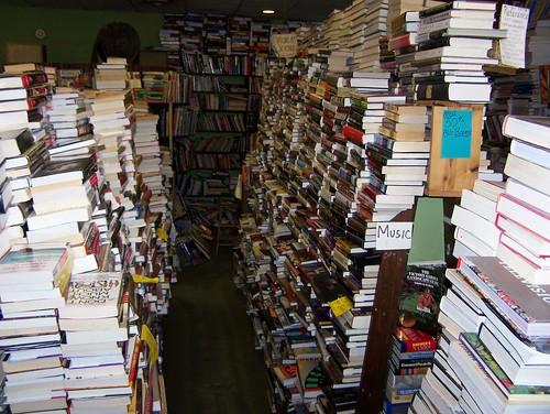 librería con libros en desorden