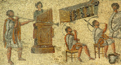 Mosaic dels gladiadors (detall): músics tocant...