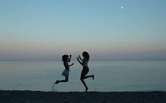 2005 07 19 DSC_0986 SAUTE LUNE 2 (velanio2) Tags: blue sea mer lune jumping nikon silhouettes danse deux t soir plage grce joie saut amiti vie skoplos