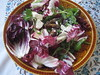 Salade van rucola en raddichio met dadels en feta