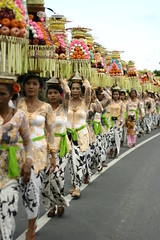imbang (Farl) Tags: street ladies bali colors fruits indonesia religion towers ceremony parade balance tradition hinduism balinese sukawati gebogan meped pkchallenge