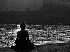 Vor den Schatten (Postsumptio) Tags: city portrait sunlight reflections river germany landscape town blackwhite europe sitting frankfurt meditating backside activity sachsenhausen againstthelight fiveelements imagepoetry watershu