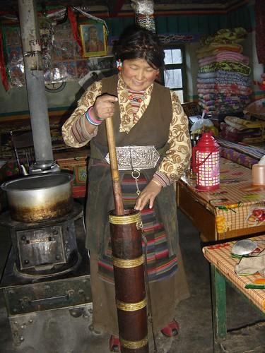 preparando te de manteca de yak