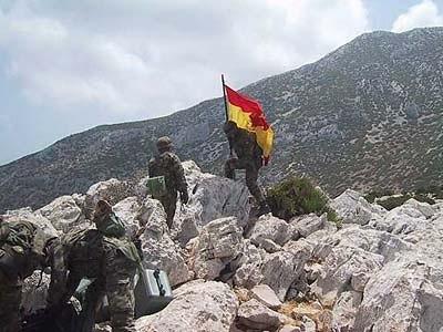 La bandera española en Perejil