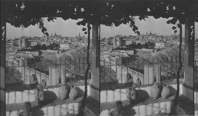 Vista del puente de San Martín desde un cigarral. Fotografía estereoscópica tomada el 13 de agosto de 1931 por George Lewis para Keystone Company Co.