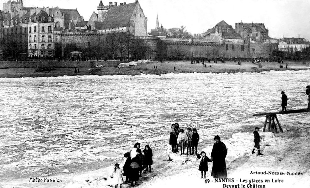 glaces de la Loire gelée devant le château des Ducs de Bretagne à Nantes en janvier 1914